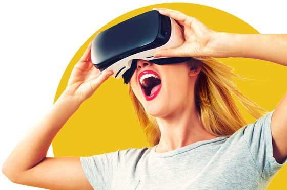 begeisterte Frau mit VR-Brille